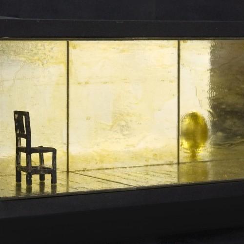 Tatu Vuorio, Praise of melancholy, pronssi, peili, & 24k kullattu kananmuna, 16.5x19x48cm, 2012